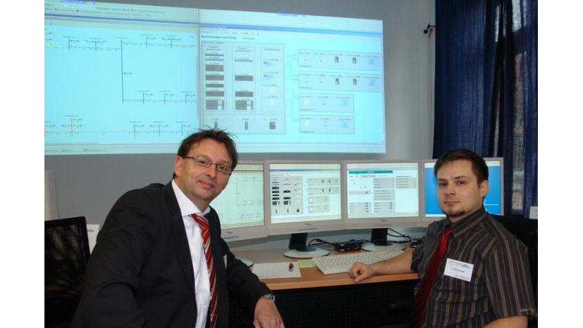 Der Leiter des Fachgebiets Elektrische Energieversorgung der TU Ilmenau, Professor Dirk Westermann (l.), und sein Mitarbeiter Carsten Zimmermann in der Leitwarte des Netzlabors. Foto: TU Illmenau