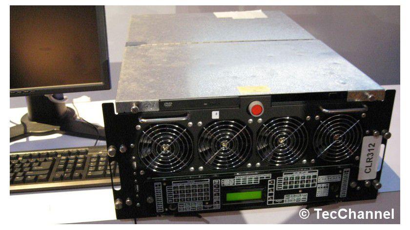Tukwila-Box: Das 4-Sockel-IA64-System setzt auf FB-DIMM-Speicher und verbindet die Prozessoren mit dem neuen QuickPath-Interface.
