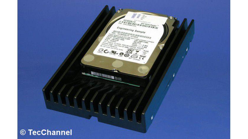 Bisherige Desktop-Variante: Die 2,5-Zoll-Fesplatte ist in einem IcePack getauften Kühlkörper eingebettet. Die Anschlüsse an der Rückseite sind anders angeordnet als bei Standard-3,5-Zoll-SATA-Drives.