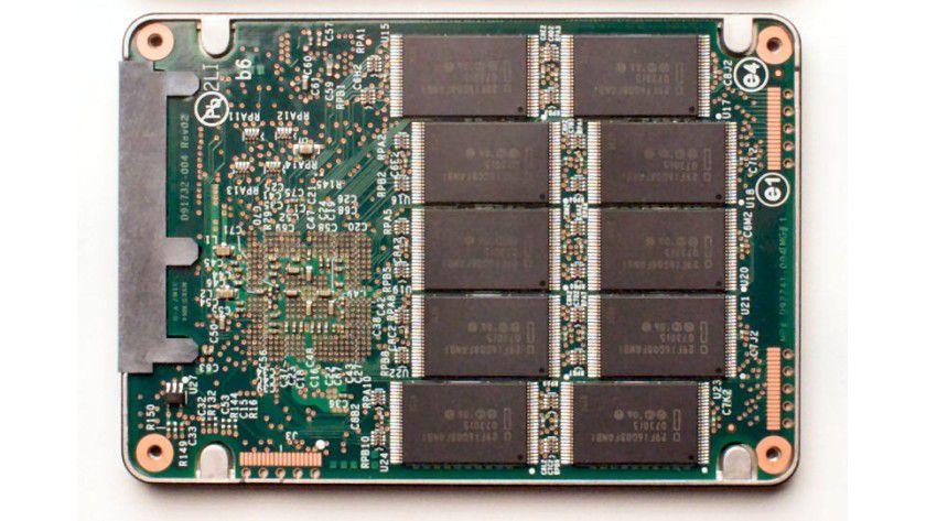Flash inside: Intel bestückt seine SSDs mit SLC- und MLC-NANDs aus eigener Produktion. (Quelle: Intel)