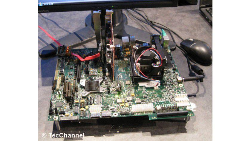 Calpella-Mainboard: Intels 2009er Centrino-Generation wurde auf einem Evaluation-Board bereits im Betrieb gezeigt. Als CPU kommt eine mobile Nehalem-Variante zum Einsatz.
