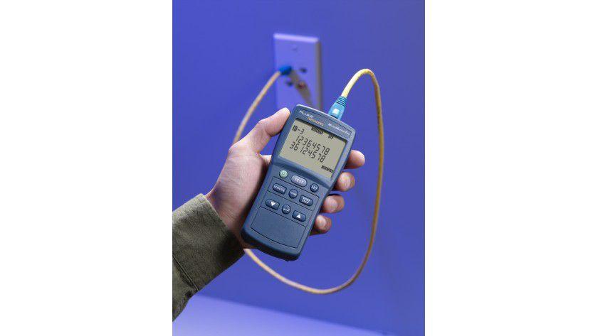 Klare Ansage: Flukes Micromapper Pro prüft Kabel im Schnelldurchgang.