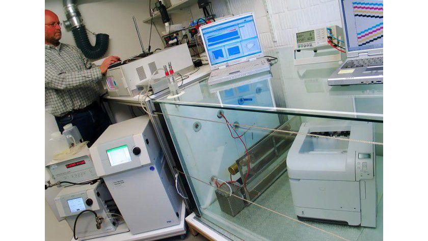 In einer Prüfkammer untersuchen Forscher, welche Partikel Drucker an die Raumluft abgeben. Foto: Fraunhofer WKI