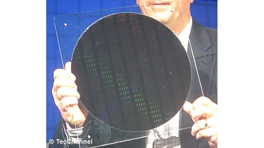 22-nm-Wafern in Händen: Intel-Chef Paul Otellini zeigt einen ersten Wafer, gefertigt im 22-nm-Verfahren, auf dem Intel Developer Forum.