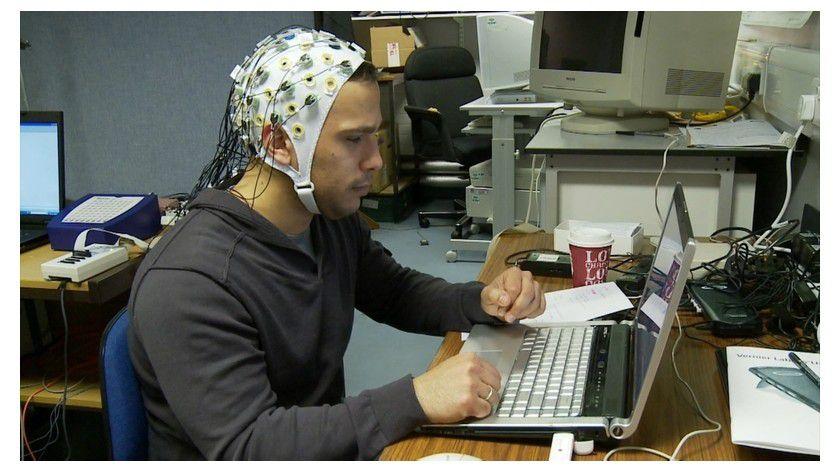 Verkabelt: Ein Netz aus Sensoren zeichnet die Gehirnströme der Versuchsperson auf.