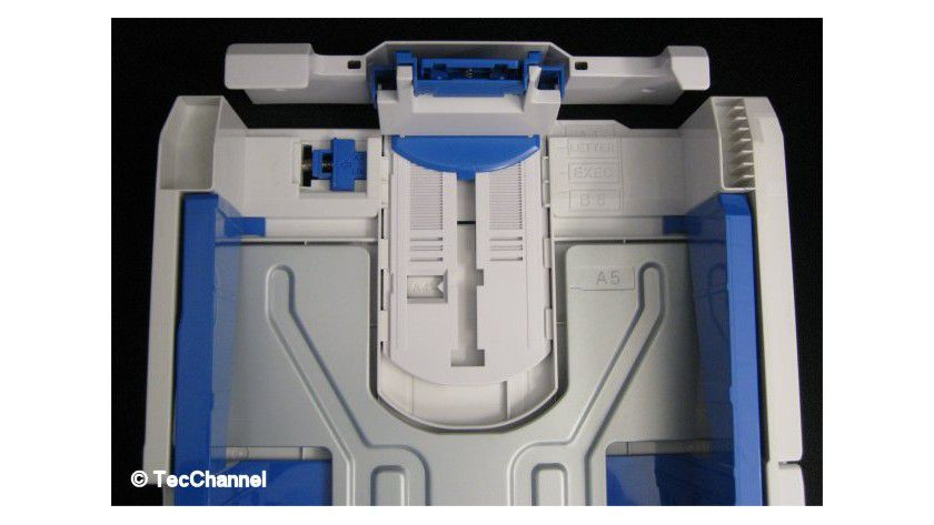 Papiervorrat: Die Kassette nimmt 530 Blatt auf und muss für den Einsatz von A4-Medien etwas nach hinten geöffnet werden.