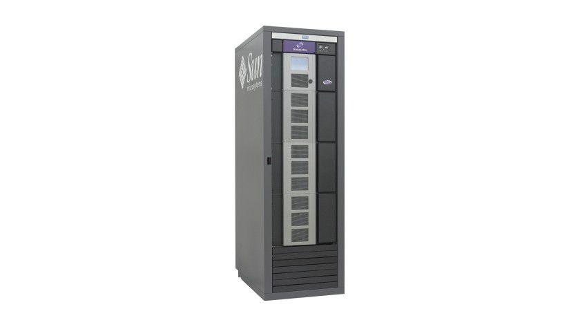 Speichergigant: Oracle vertreibt mit der Sun-StorageTek-SL-Serie ein Bandsystem für den Archivierungseinsatz in Großunternehmen mit sehr großem Speicherbedarf. Das System zur Datenarchivierung lässt sich bis auf 70 PByte Speicherplatz erweitern und bietet damit ausreichend Platz für umfangreichste Archivierungsaufgaben.