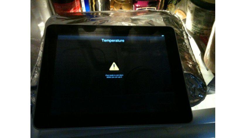 """Bitte abkühlen: Wird dem iPad zu heiß, so erscheint eine Warnmeldung """"iPad needs to cool down before you can use it"""". Den schnellsten Weg, es wieder zu nutzen, hat Zach Honig gefunden: er legte es in den Kühlschrank . (Quelle: Zach Honig)"""