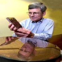 Vice President Bill Zeitler mit einem z900-Prozessor