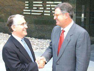 Die CEOs Samuel DiPiazza (PwC) und Samuel Palmisano (IBM) beim Shakehands. Foto: IBM