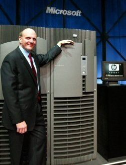 Steve Ballmer posiert stolz vor dem neuen TPC-C-Rekordsystem mit Windows Server 2003.