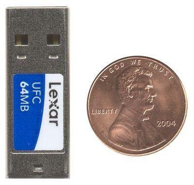 """Nicht viel größer als eine Münze: Die """"USB Flashcard"""" von Lexar."""