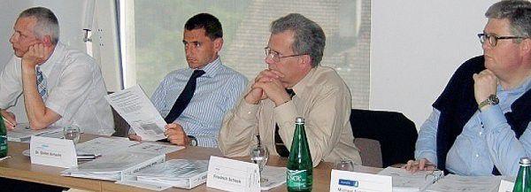 Durchaus kritisch sehen die Workshop-Teilnehmer die Chancen für eine schnelle Umsetzung des Network-Performance-Management. Einwände formulierte beispielsweise Stefan Schacht von Degussa (zweiter von links).