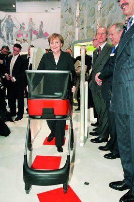 """Bundeskanzlerin Angela Merkel erprobt am Metro-Stand den """"intelligenten"""" Einkaufswagen."""