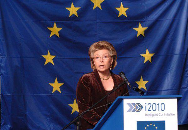 Kommissarin Viviane Reding will die Roaming-Kosten in der EU weiter drücken.