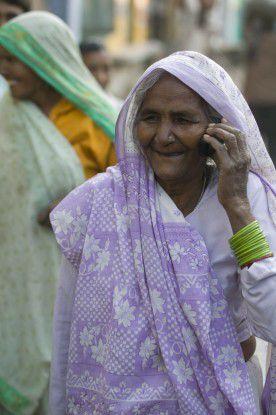 Alte Inderin mit GSM-Handy