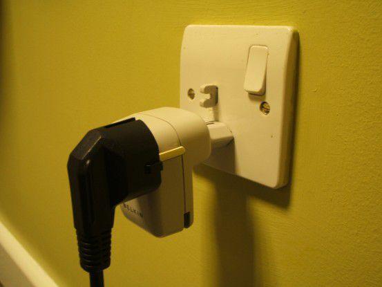 Wer einen Stecker derart falsch in den Belkin-Adapter steckt, riskiert einen Stromschlag mit 220 oder 240 Volt.