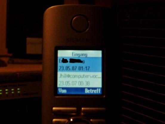 Ganz ohne PC informiert das schnurlose Telefon über eingegangene E-Mails und zeigt Absender sowie Betreffzeile an.