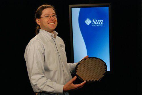 """Stolz präsentiert Sun-CEO Jonathan Schwartz einen Wafer mit kommenden """"Niagara-2""""-Prozessoren."""