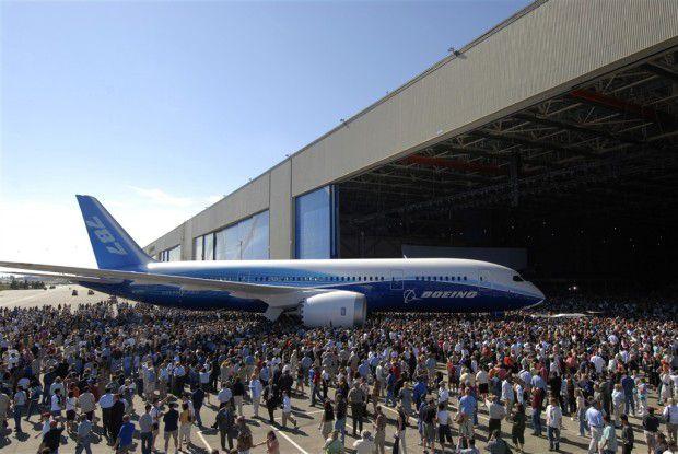 """Boeings 787 """"Dreamliner"""" - hier hat """"Rollout"""" noch eine viel wörtlichere Bedeutung."""
