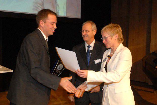 Tobias Schwab (links) bei der Preisverleihung in München mit Friedrich Smaxwil, Mitglied des Bereichsvorstandes bei Siemens Transportation Systems und Susanne Kiefer, Leiterin der Hochschulförderprojekte Siemens Generation21.