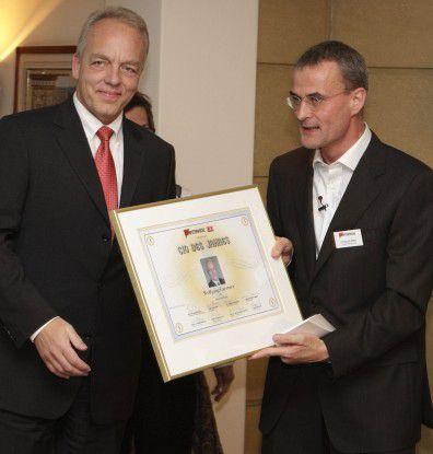 CW-Chefredakteuer Christoph Witte (rechts) überreicht Wolfgang Gaertner, CIO Deutsche Bank, die Siegerurkunde. (Foto: Joachim Wendler)