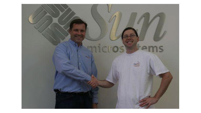 MySQL-Chef Marten Mickos (links) und Sun-CEO Jonathan Schwartz besiegeln die Übernahme.