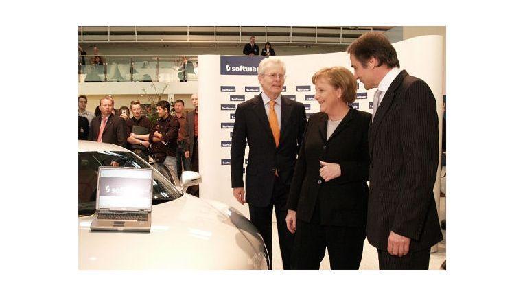 Karl-Heinz Streibich, Chef der Software AG, begrüßt Kanzlerin Merkel auf der CeBIT 07