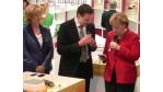 Kanzlerin Merkel über Sony Ericssons Xperia X1: Sieht ja aus wie das iPhone!