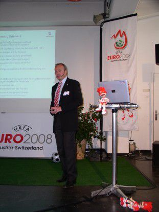 Urs Schaeppi von Swisscom präsentierte die Herausforderungen an die TK im Rahmen der Euro 2008.