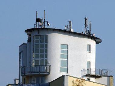 Selbst in unmittelbarer Nähe der Basisstationen liegt die Belastung durch Mobilfunkstrahlung deutlich unter den Grenzwerten.