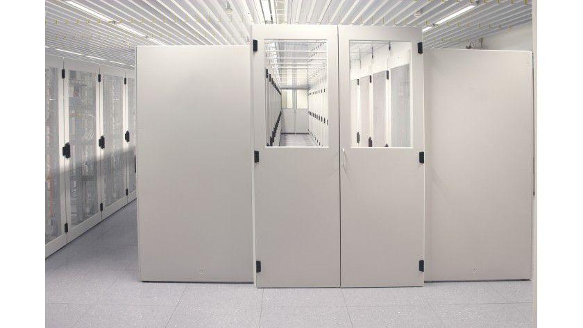 Schotten dicht: Ganz konsequent regeln Rechenzentrumsbetreiber die Luftströme, indem sie Kaltgänge oben sowie vorne und hinten abschotten. (Quelle: Knürr)