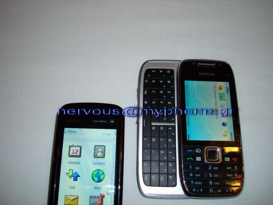 Das Nokia E75 neben dem Touchscreen-Modell 5800XpressMusic.