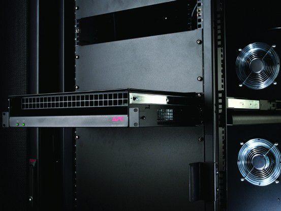 APCs Rack Side Air Distribution in 2HE versorgt 19-Zoll-Racks mit kühler Luft und kann zur Kühlung von Hotspots genutzt werden.