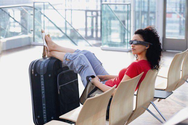 Mit dem Accessoire dürfte man für manche Zeitgenossen als cool durchgehen. Außerdem hat man das Kino auf der Nase sitzen. Das kann entspannen - etwa bei Streiks auf asiatischen Flughäfen.