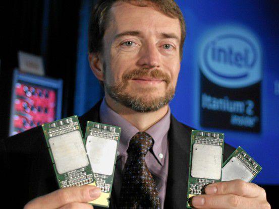 Intels Pat Gelsinger präsentiert den Dual-Core-Prozessor Intel Itanium 2 der 9000er-Baureihe, der unter dem Codenamen Montecito bekannt war. Jeder Prozessor der Baureihe verfügt über bis zu 1,7 Milliarden Transistoren.