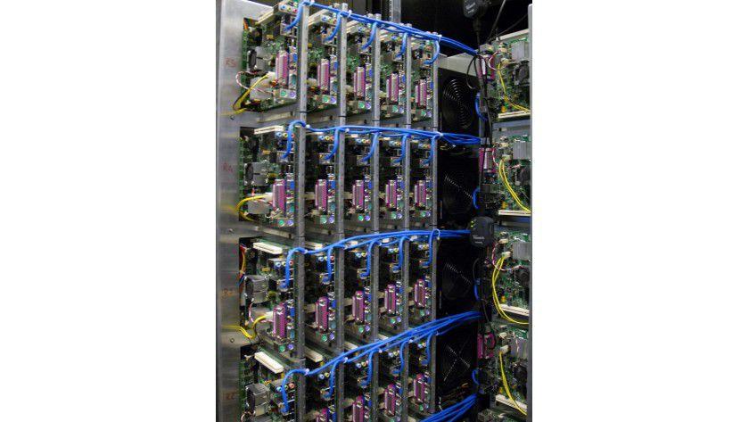 Dicht gedrängt: 50 Mini-Mainboards samt Intels Atom-CPU packen die Microsoft-Forscher in einen 19-Zoll-Schrank.
