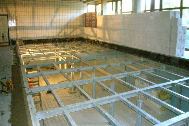Ein über dem Bassin eingezogener Stahlbau - hier noch ohne Abdichtung - dient als Rechenzentrumsfläche, das Becken selbst als Doppelboden für die Kabelführung und Kühlluftzuführung. Bild: Sysback AG