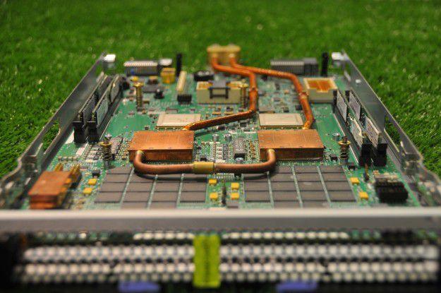 Der Supercomputer Aquasar arbeitet mit Wasserkühlung. Hierzu nutzt er Microchannel-Kühler wie die beiden auf dem Foto. Diese werden direkt auf denProzessoren angebracht.