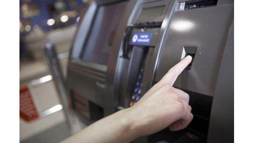 Zahlen per Fingerdruck: Die Zahlstation identifiziert den Käufer via Fingerabdruck und bucht den Rechnungsbetrag automatisch ab.