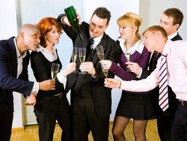 Seinen Ausstand sollte man auf jeden Fall mit Kollegen und Chef feiern.