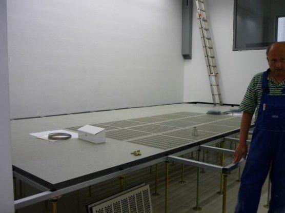 Mit doppeltem Boden: Zentrales Element für die Kühlung im Rechenzentrum ist der 80 cm hohe Doppelboden. Über ihn wird die Kaltluft unter Druck im ganzen Raum gleichmäßig verteilt. Zudem wird er zur Kabelführung verwendet (Quelle: T-Systems).