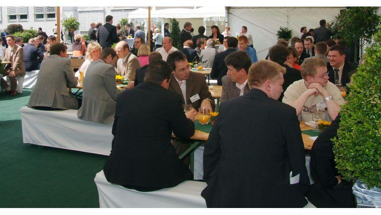 Entspannte Kommunikation soll im Händler-Biergarten des Dealers Only zu Gesprächen einladen.