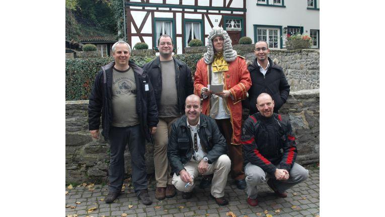 Geschichtliches Gruppenfoto (v.l.): Manfred Hein, Sven Weise, Geschichtenerzähler, Hafid Zannoud; (unten:) Martin Linke und Roman Breitling.