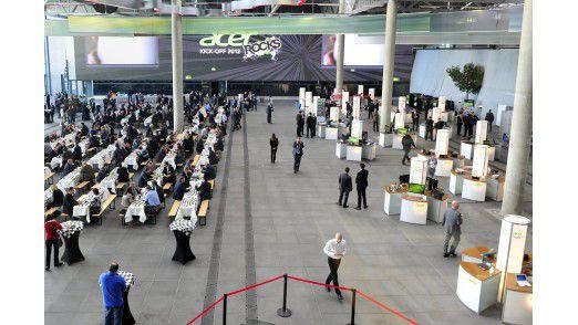 Im Foyer unter Europas größter LED-Bildwand waren Produkt- und Partnerausstellung sowie - partygemäß - Imbissbuden aufgestellt.