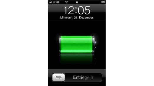 Das iPhone zeigt den Ladevorgang oben rechts per Batterie-Icon.