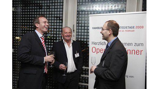 Der frühere Fritz Egger-CIO Kurt Pikl (Mitte) unterhielt sich prächtig auf der Networking-Party der Hamburger IT-Strategietage.