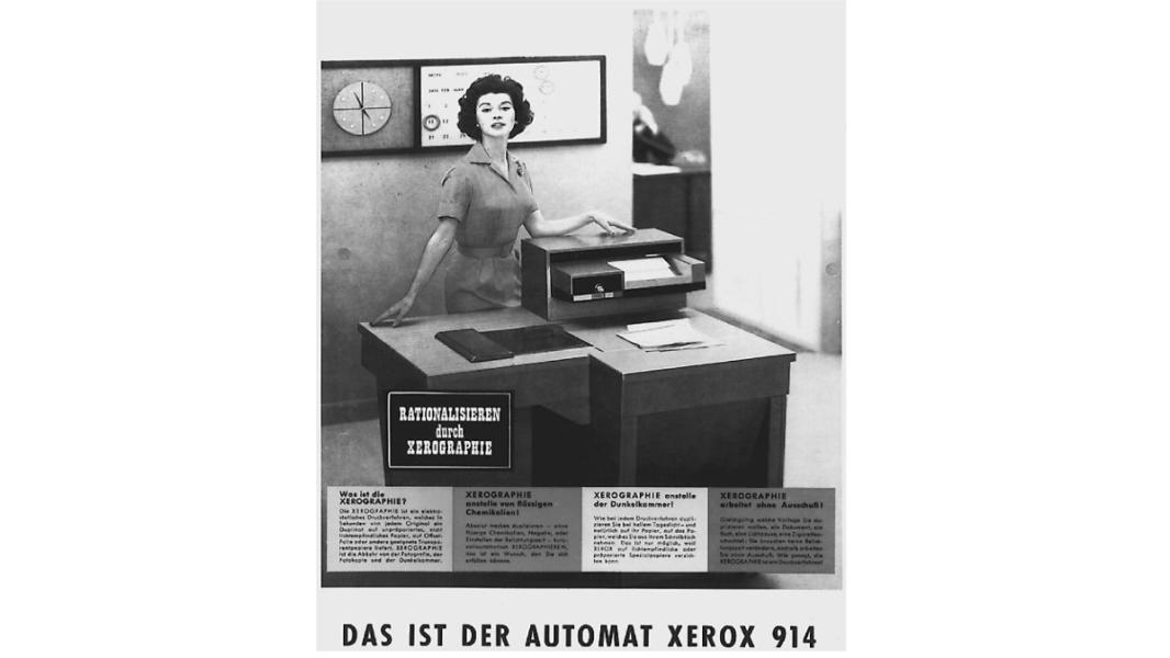 Programmierer von der Abteilung für Künstliche Intelligenz der Technischen Hochschule Massachusetts (MIT) hatten 1980 einen neuen Laserdrucker von Xerox installiert – allerdings im falschen Stockwerk: Um zu prüfen, ob ein Druckauftrag beendet war, mussten sie immer einen Stock höher laufen. Einem Hacker namens Richard Stallman des Instituts gelang es schließlich, den Quellcode des Druckers zu knacken und die Drucker-Software zu manipulieren. Ab sofort wurde den Mitarbeitern auf dem PC angezeigt, wenn der Druckauftrag beendet war. Massiver Ärger mit Xerox war die Folge. Daraufhin begann Stallman einen Feldzug gegen proprietäre Software – und gründete die Freie-Software-Bewegung (GNU-Projekt). (Bild: Xerox)