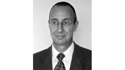 """Eduard Glatz Professor und Buchautor an der ETH Zürich: """"Es kann geschehen, dass ein Hersteller von Virtualisierungssoftware einen Linux-Kernel integriert und es als neues Betriebssystem verkauft."""""""