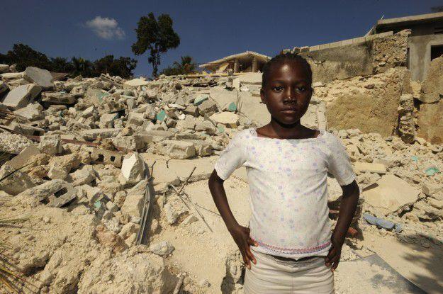 Anwendungen für die Krise werden gebraucht. Im Bild: Ein haitisches Mädchen vor den Trümmern ihres Stadtviertels.